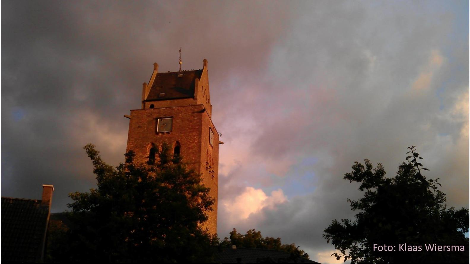 De toren van de Meinardskerk, blikvanger van Minnertsga.